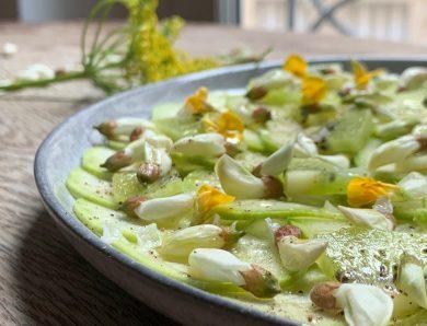 Salade de courgettes et kiwis aux fleurs d'acacia