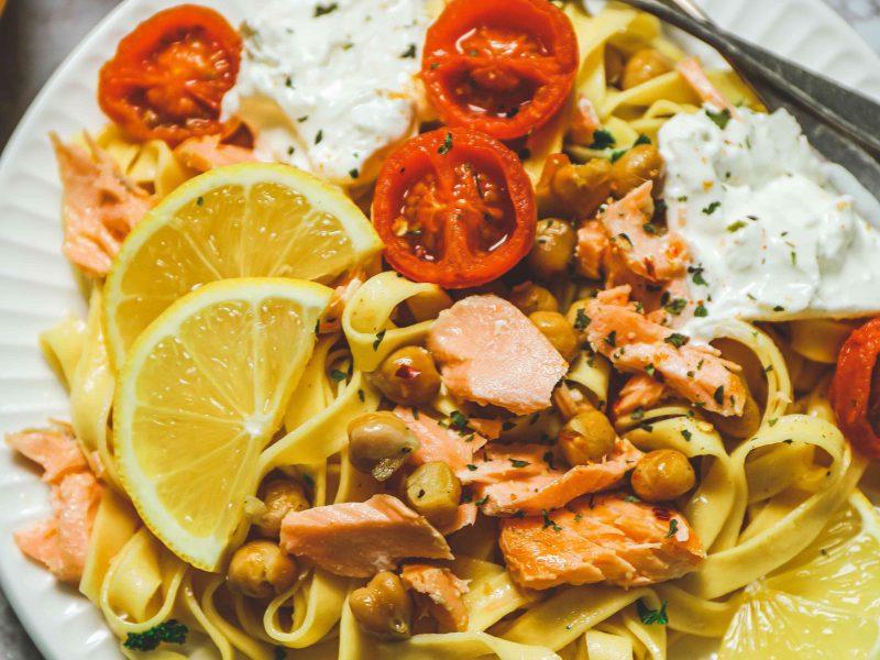 Les tagliatelles au saumon, sauce citron, pois chiches et tomates rôties à l'ail de Place Du Marché
